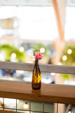 Fleurs de mariage dans des bouteilles Photos stock