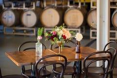 Fleurs de mariage dans des bouteilles Photographie stock libre de droits