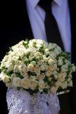 Fleurs de mariage dans la main humaine Photo stock