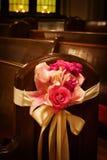 Fleurs de mariage dans une église Image libre de droits