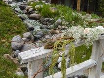 Fleurs de mariage sur la balustrade en bois image libre de droits