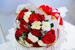 Fleurs de mariage sur le filon-couche de fenêtre Image stock