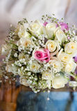 Fleurs de mariage sur une table de miroir Photos libres de droits