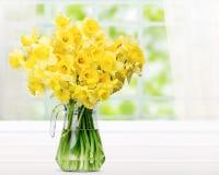 Fleurs de narcisse dans le vase sur la table en bois photos stock