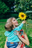 Fleurs de observation de maman et de fils Photo stock