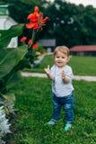 Fleurs de observation de maman et de fils Images stock