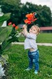 Fleurs de observation de maman et de fils Photographie stock libre de droits