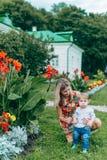 Fleurs de observation de maman et de fils Images libres de droits