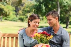 Fleurs de offre d'homme à sa amie Photos libres de droits