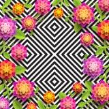 Fleurs de papier artificielles sur un fond noir et blanc géométrique abstrait avec l'espace de copie au centre Photographie stock libre de droits