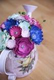 Fleurs de papier colorées dans un petit handshower rose Photos stock