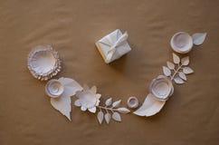 Fleurs de papier et cadeau Photos stock
