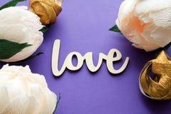 Fleurs de pivoine avec la carte d'amour Image stock