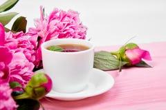 Fleurs de pivoine de bouquet et tasse de café Image libre de droits