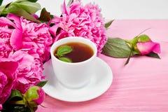Fleurs de pivoine de bouquet et tasse de café Photographie stock