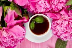 Fleurs de pivoine de bouquet et tasse de café Photos stock