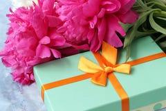 Fleurs de pivoines avec le boîte-cadeau image stock
