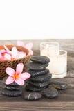 Fleurs de Plumeria et pierres noires humides en gros plan Photo stock