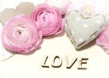 Fleurs de Ranunculus, coeur et AMOUR de lettres Photographie stock