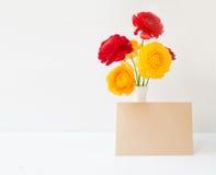 Fleurs de renoncule dans le vase Photo libre de droits