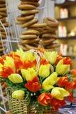 Fleurs de ressort dans le premier plan Un bouquet des tulipes artificielles se tient dans un panier en osier image stock