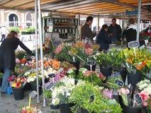 Fleurs de ressort du marché d'agriculteurs Photographie stock