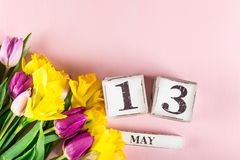 Fleurs de ressort et blocs en bois avec la date du jour de mères, le 13 mai, Image libre de droits