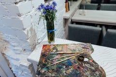 Fleurs de ressort réglées sur le fond blanc de brique Image stock