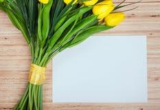 Fleurs de ressort sur le bureau Photos libres de droits