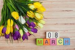 Fleurs de ressort sur le bureau Image stock