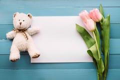 Fleurs de ressort sur le conseil photo stock