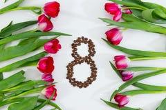 Fleurs de ressort, tulipes fraîches et grains de café Images stock