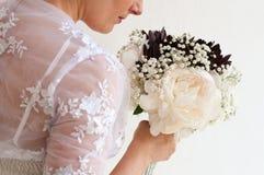 Fleurs de robe de mariage Photographie stock libre de droits