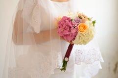 Fleurs de robe de mariage Images stock