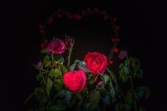 Fleurs de Rose à l'arrière-plan de coeur Photos libres de droits
