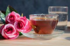 Fleurs de Rose avec le thé chaud Photo libre de droits