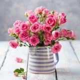 Fleurs de Rose dans le vase Beau bouquet romantique Image libre de droits