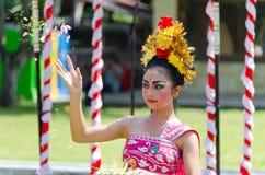 Fleurs de tossng de danseur de Balinese Photographie stock libre de droits