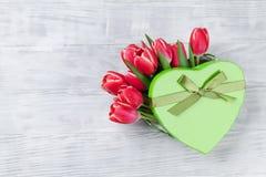 Fleurs de tulipe et boîte-cadeau rouges de coeur photo stock