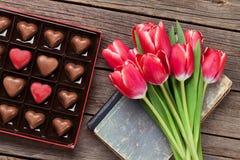 Fleurs de tulipe et boîte rouges à chocolat photos libres de droits