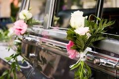 Fleurs de véhicule de mariage décorées Images stock