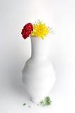 Fleurs de vase à poterie, rouges et jaunes blanches sur le fond blanc Images libres de droits