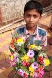 Fleurs de vente de vendeurs devant un temple Photos libres de droits