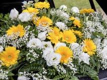 Fleurs de voiture de mariage Images libres de droits
