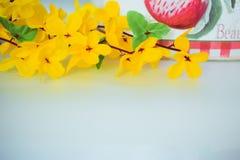 Fleurs des matériaux légers artificiels jaunes, fleurs jaunes d'acacia images libres de droits