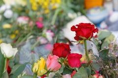 Fleurs des personnes payant le respect aux victimes dans la terreur photos libres de droits