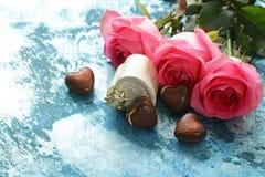 Fleurs des roses et des coeurs de sucrerie pour des vacances de valentines Photos stock