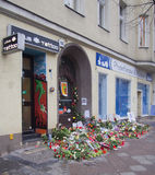 Fleurs devant l'ancienne maison de David Bowies à Berlin, Allemagne Photos libres de droits