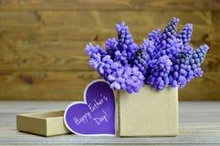 Fleurs disposées dans le boîte-cadeau Photo libre de droits