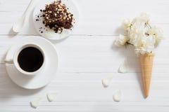 Fleurs en cône de gaufre et gâteau de chocolat Image stock
